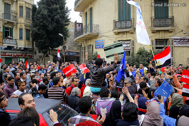 Cairo, 4 december 2012 – Mars naar het federaal paleis Qasr Al-Athadia om het referendum over de grondwet af te wijzen, te protesteren tegen de ontwerp-grondwet en het grondwettelijk decreet dat president Morsi aankondigde (foto: Flickr/Moud Barthez)